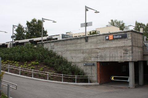 LAGDE KVALM: En mann i slutten av 30-årene skremte passasjerer på T-banen tirsdag formiddag. Han ble anholdt av politiet på Godlia stasjon. Flere meldte ifra om hans agressive oppførsel. Arkivfoto