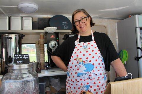 BEKKELAGSBADET: Amanda Knudsen fra Holmlia driver foodtrucken på Bekkelagsbadet i sommer.