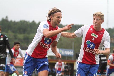 FEIRET: Jørgen Hammer (venstre) har akkurat headet inn 1-0, og Tore André Sørås gratulerrer.