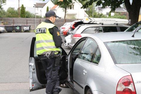 VINKET INN: Allerede første skoledag var vårt lokale politi ute på Aksjon skolevei, og ved Abildsø skole ble noen vinket inn.