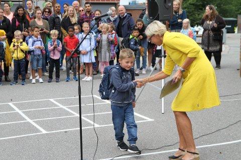 VELKOMMEN TIL SKOLEN: Rektor Linda Tvedt hadde 56  nye førsteklassinger å ta imot på Karlsrud skole mandag. Her ønsker hun Einar Espelien velkommen.