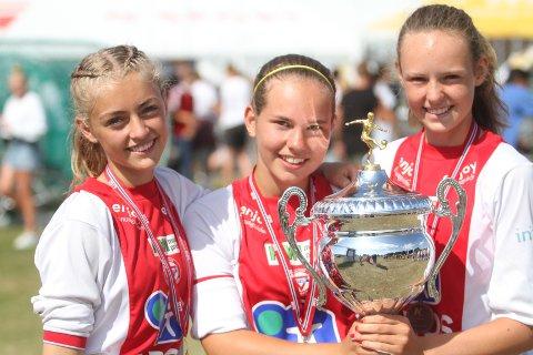 BRONSEJENTER: Aslaug Stavrum (venstre), Nora Krydsby og Marie Nygaard Damm kunne endelig ta med seg pokalen hjem fra Norway Cup.