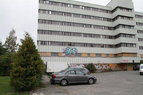 HÆRVERK: Lørdag etermiddag ble det igjen gjort hærverk på det fraflyttede Oppsal sykehjem. Tre unge gutter ble knyttet til hendelsen.