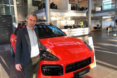 BESTSELGER: Porsche-sjef Morten Scheel med en Cayenne, fjorårets bestselger, i selskapets lokaler på Ryen.