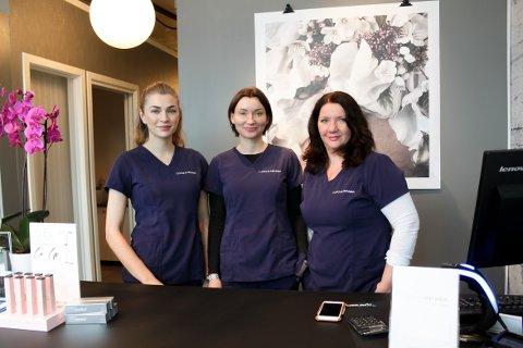 HUDPLEIEKLINIKK: På Clinique Amanda på Holtet tar Carina Johnsen (t.v.), Cecilie Flatval og Janne Sandviken deg imot bak disken. De har til sammen fem behandlingsrom, og tilbyr blant annet hudpleie, medisinske behandlinger og permanent makeup.