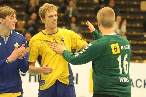 HELTER: Emil Midtbø Sundal (midten) og Nikolai Wiig (høyre) gratulerer hverandre etter matchen. Til venstre stortalentet Emil Havsgård.