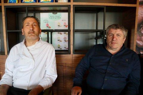 STÅR PÅ:  – Hovedplanen frem til jul er å holde koken, sier Sinan Idrizi (t. h.) ved San Remo Kafé og Pizzeria, her sammen med Raffaele Mele.