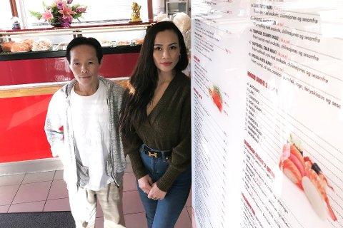 HAR KUNDER: Hien Ngoc Huynh og Tran Tyet Le ved henholdsvis Familie Sushi og Wok n Roll på Sæter har ikke opplevd kundesvikt under den siste runden med koronarestriksjoner, forteller de.