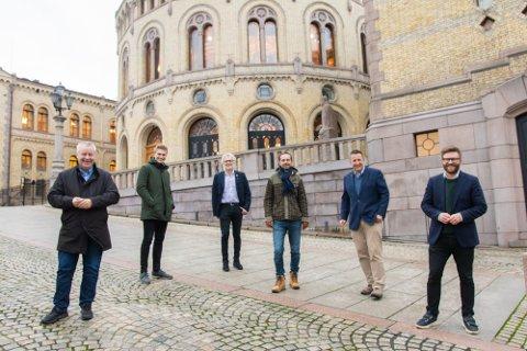 KREVER TUNNEL: De fire borgerlige partiene på Stortinget vil ha en slutt på Oslo-byrådets trenering av den planlagte tunnelen på E6 ved Manglerud, og går fredag sammen ut mot byrådet for å få på plass veien. F.v stortingsrepresentant Bård Hoksrud (Frp), bystyremedlem Nicolai Øyen Langfeldt (H), stortingsrepresentant Jon Gunnes (V), bystyremedlem Hallstein Bjercke, bystyremedlem Espen Andreas Halse (KrF) og stortingsrepresentant Stefan Hegglund (H). Foto: Høyre