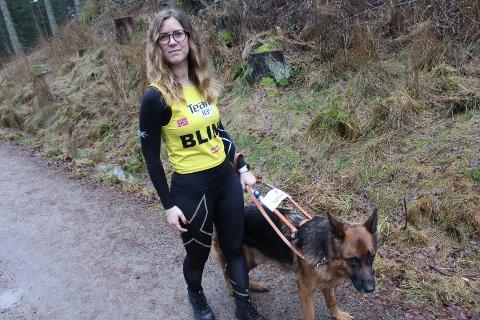 SYNLIG: Stine Jåthun kan også løpe i marka, med god støtte fra DJ. Da tar hun på seg en gul vest for å gjøre seg synlig.