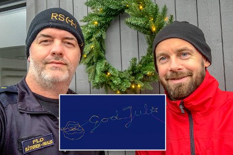 JULESTEMNING: Båtfører Vegar Flo (t.v.) og bestmann Anders Lagesen skapte julestemning i Oslofjorden mandag kveld.