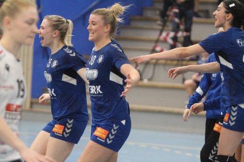 JUBEL: Vilde Andersen Vinje (venstre), Sara Sætre Rønningen og Lorin Sendi kaster seg inn i feiringen etter to poeng mot Fredrikstad.