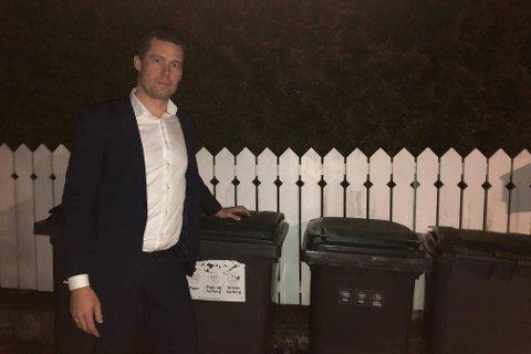 OPPGITT: - Etter epost nummer to i vinter har jeg gitt opp etatens evne til å rette praksis, og det samme har skjedd og skjer fortsatt ukentlig, sier Eddy Kjær om at søppelkassene blir satt av på feil sted i oppkjørselen i Pareliusveien.