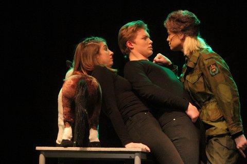 GIVAKT: Emilie Løvnes har militær dressur på Helena Meyer og Kevin Nordahl i en sketsj fra Kongshavnrevyen.