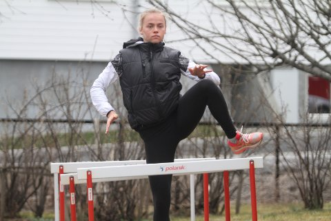 LITT UJEVNE HEKKER: Underlaget hjemme i hagen på Nordstrand er ikke jevnt, men Andrea Rooth får terpet på teknikken hjemme blant epletrærne.