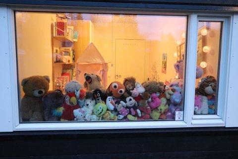SAFARI: I vinduet til Ella er det fult av bamser som vinker ut mot nabobarna.