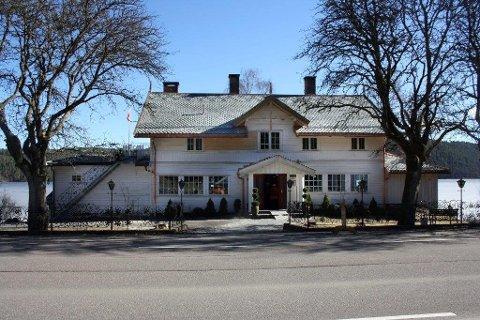 HISTORISK: Villa Sandvigen ble bygd i 1859, og siden den gang har gjester kommet og gått. Nå er dørene stengt og det er meldt oppbud.