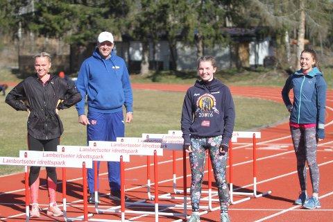 FØLGER REGLENE: Trener Vegard Rooth er nøye med at smittevernsreglene blir fulgt når han trener friidrettsjentene Andrea Rooth (venstre), Emily Guldvog og Iris Wesenberg på Lambertseter stadion.
