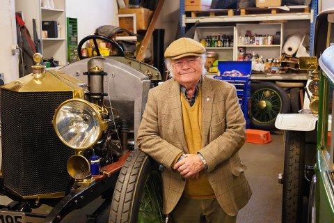 Siden 60-tallet har Lasse Aas restaurert og fikset gamle og sjeldne biler. Nå står flere av dem i en garasje og blir stadig tatt ut. Selv skulle han gjerne satt dem på museum til nytelse for andre også. Her står han ved siden av ett av sine siste prosjekter.