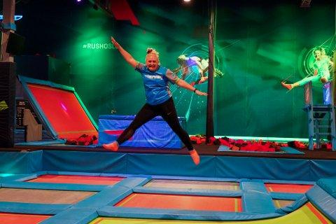 HOPPENDE GLAD: Så glad blir man som daglig leder når man endelig kan ønske barn og voksne velkommen tilbake i det som kanskje kan kalles et av Norges største hoppeslott med fult av trampoliner og moro. Her viser Karijanne Aarbakke noen av sine triks.