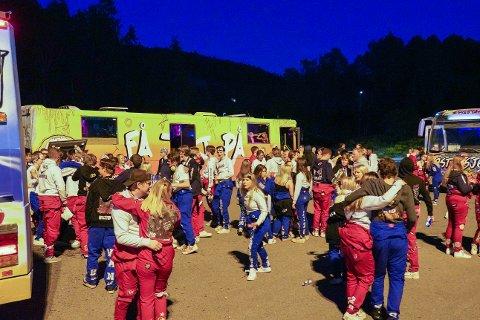 RUSS: Dette bildet er fra natt til 1. juni da russen startet årets feiring. Her fra Skullerud hvor flere busser var samlet.
