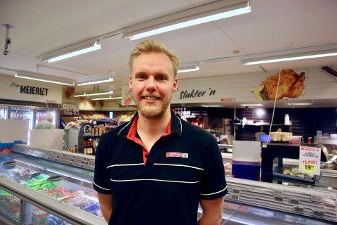 – Jeg var sikkert ganske udugelig til å gjøre noe jobb her i starten, sier Mats Elshøy om at han ble ansatt på Spar Kastellet som 12-åring. Siden 2017 har han vært butikksjef.