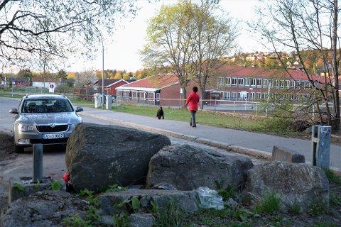 VETLANDSVEIEN: Området ved denne sperringen i Vetlandsveien ved Trasop skole (i bakgrunnen) skal oppgraderes. Det blir parkeringsforbud nordover til Stordamveien, for å tilrettelegge for sykling i blandet trafikk. Arkivfoto: Nina Schyberg Olsen