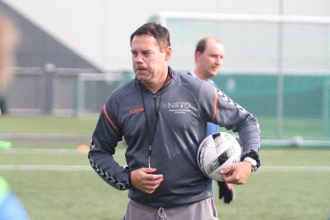 FRUSTRERENDE: Thomas Holm trener a-laget til Nordstrand, og han synes det er frustrerende at man ikke får vite hva som skjer med sesongen for lagene i lavere divisjoner.