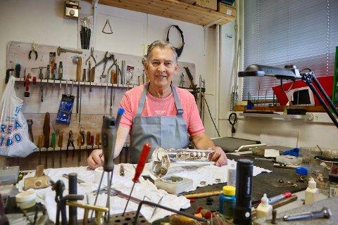 Bjørn Ask (73) driver landets eldste og største verksted for blåseinstrumenter på Brattlikollen.