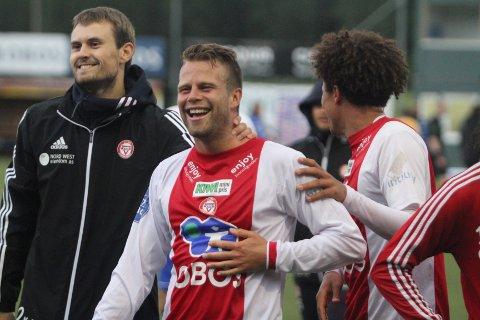 MATCHVINNER: To minutter før full tid headet innbytter Olav Øby (midten) vakkert inn 2-1 scoringen for KFUM/Oslo, og da blir du populær blant lagkameratene Knut Andrè Skjærstein (venstre) og Dadi Dodou Gaye.