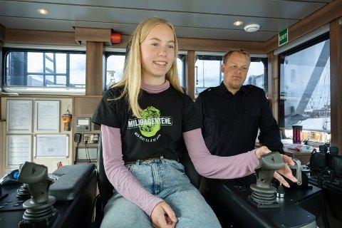 ENGASJERT I MILJØ: Bøler-jenta Tora Elgsaas (14) fra Miljøagentene lærer å håndtere Pelikan 2 sammen med båtfører Odin Kjønaas. Alle funksjoner er digitalisert. Båten kan plukke søppel en hel dag på vannet før batteriet må lades.