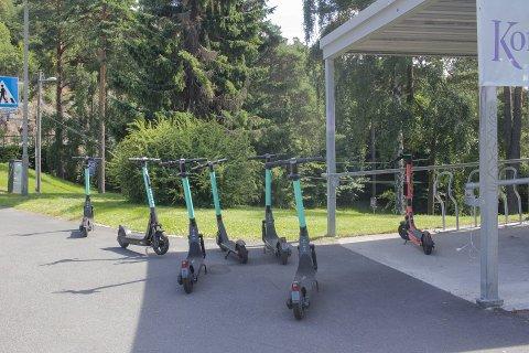 TOHJULING: Elsparkesykler ved Kongshavn videregående skole.