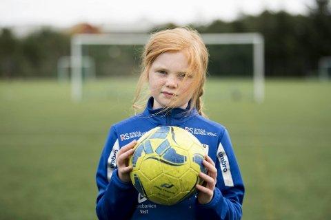 Åtte år gamle Olivia Johansen får ikke lenger spille på fotballaget som hun har spilt med siden hun var fem år. Hvorfor? Sportslig utvalg i IL Skjergard vil nå ha rene gutte- og jentelag.