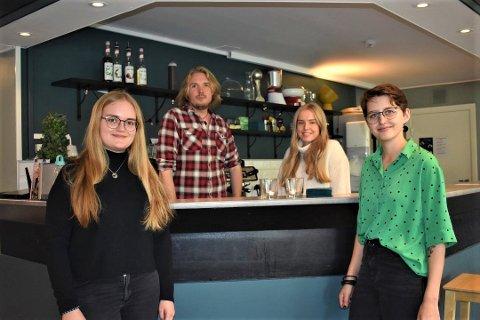 VIKTIG MØTEPLASS: Hver torsdag møtes blant annet Aurora Chrstiane Oswald, Thomas Blekesøien, Hanna Olea Murvold og Vilde Modal Olsen på Café SÜD på Lambertseter fritisklubb. De sier det er en viktig møteplass.
