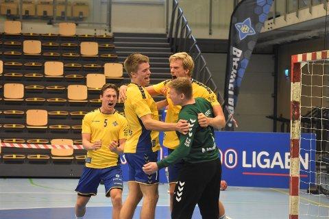 FULL JUBEL: Gleden var stor da klokka passerte 60 spilte minutter og Bækkelaget slo Fyllingen 28-27. Fra venstre: Markus Fartum, Anders Huse, keeper Mats Bjørnstad og Emil Midtbø Sundal.