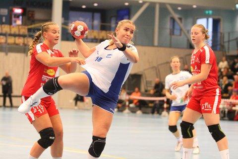 UTKLASSET: Amalie Mogstad og NIF fikk seg en skikkelig håndball-leksjon av Julie Hattestad og Follo i lørdagens kamp.