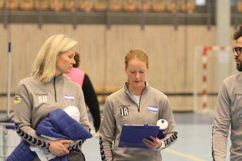 RETT I GARDEROBEN: Trenertrioen Siri Humborstad (venstre), Jeanette Røhmer og Mathias Nævestad tok med spillerne rett i garderoben etter den svake forestillingen mot Levanger.