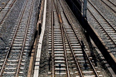 Oslo  20170714. Illustrasjonsbilde av jernbaneskinner med lite togtrafikk i Oslo fredag formiddag. Foto: Jon Olav Nesvold / NTB