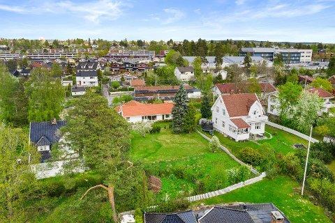 Villaen har en tomt på over 2000 kvadratmeter. Den ble solgt til en utbygger for over 28 millioner kroner.