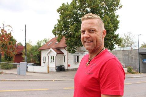 For kiropraktor Ronny Håkerud ble glede snudd skuffelse da bystyrepolitikerne snudde og vil felle treet i bakgrunnen til fordel for et lenger sykkelfelt.
