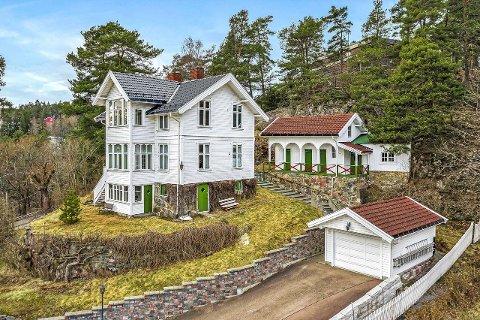 Eiendommen er stor, med både sveitservilla, garasje og uthus.