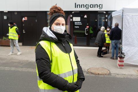 TAKKNEMLIG: Dafina Krasniqi (24) var arbeidsledig i fire måneder, men nå er hun glad for å bidra i vaksineringsarbeidet i bydel Bjerke. Foto: Jørgen Hyvang