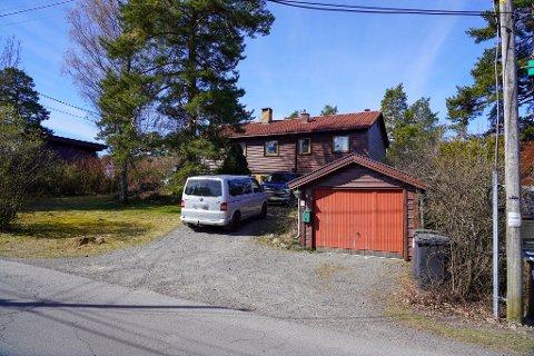 Dette huset og garasjen i Midtåsen 17 skal etter planen rives, for å gi plass til totalt seks nye eneboliger på eiendommen. På nabotomten planlegges ytterligere to nye eneboliger, i hagen til eksisterende hus.