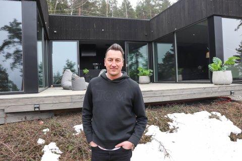 FORNØYD: Tommy Gaustad er fornøyd med salget av Exit-huset. Se flere bilder fra innsiden ved å sveipe til høyre >