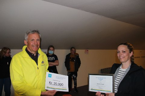 En glad leder av e-sporten, Siri Lader Bruhn, har akkurat mottatt Foreningsprisen på kr. 20.000 fra President Christian Johansen i Lionsklubben.