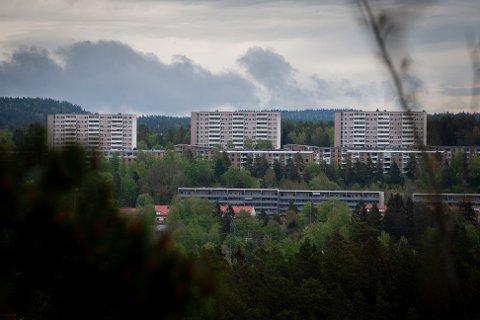 Høyblokkene i Bølerlia er synlige på lang avstand. Bla til høyre for å se boligperlene solig på Bøler i våres.