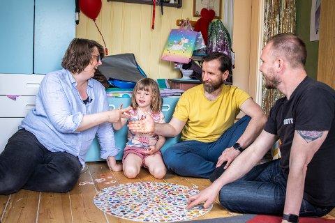 HJEM: I den moderne familien til Hedvig Madonna Glans-Arrestad (5) er mamma Anne Aarrestad (42) heterofil, mens pappa Tomas Adrian Glans (44) er homofil og sammen med Bernd Eichler (46). Her spiller de brettspill på Hedvigs rom.