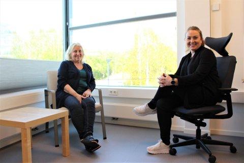 Vigdis Fossum Olsen (t.v.) er avdelingshelsesykepleier og Stine Jalmerbrandt (t.h.) er helsesykepleier.