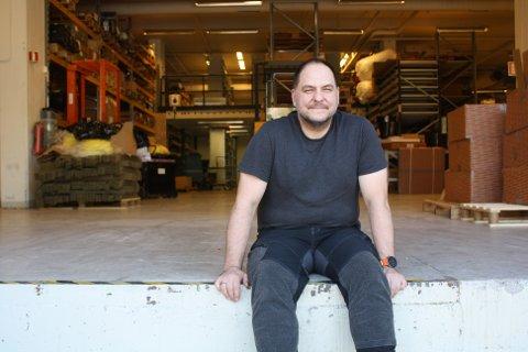 Trond Andersen skiftet jobb i voksen alder. Her sitter han ved utgangen til den nye jobben på Ulsrud.