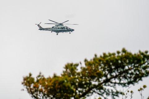 Flere naboer forteller at helikopteret hang lenge over huset og plaget dem sent mandag kveld.